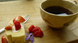 ロールケーキとコーヒーななめから