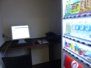 自動販売機とパソコンコーナー