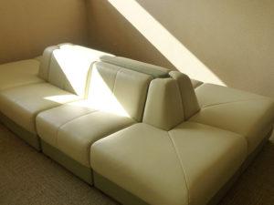 リラクゼーションルームのソファ