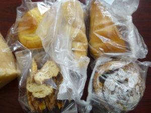 袋に入ったままのいろんなパン