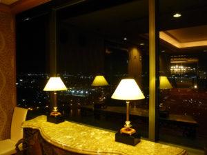 夜のラウンジ階からの景色