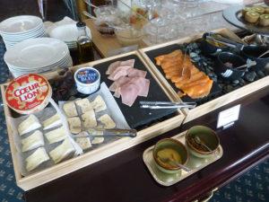 ラウンジ朝食 チーズ・サーモンなど