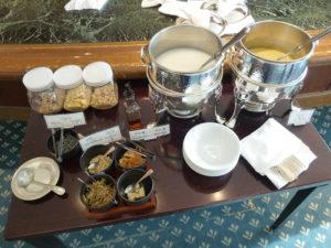 ラウンジ朝食 おかゆやスープ