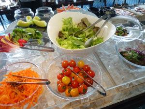 ラウンジ朝食 生野菜など