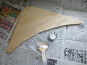 塗る前の板と塗料など
