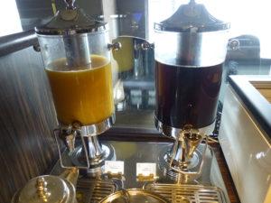 クラブラウンジティーサービス オレンジジュースと烏龍茶