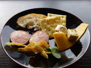 チーズ・サラミ・パンなど
