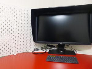 モニタ後ろに納まったパソコン