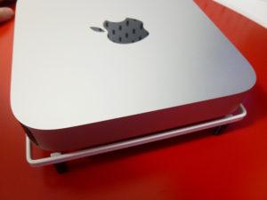 鍋敷きの上のMac mini斜めから