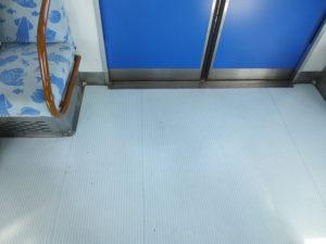 電車の床のようす