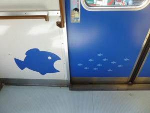 ドアに描かれた大きな魚と小さな魚