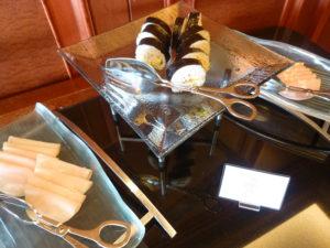 朝食 ハムや巻き寿司