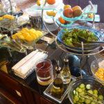 朝食 サラダやフルーツ